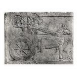 Un alivio que representa al ejército asirio en bat tarjeta postal