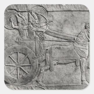 Un alivio que representa al ejército asirio en pegatina cuadrada