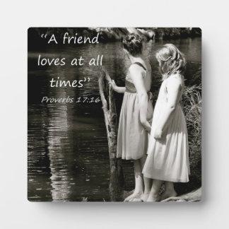 """""""Un amigo ama siempre"""" el regalo del amigo Placas"""