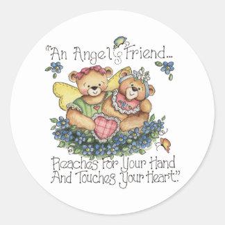 Un amigo del ángel toca a su pegatina del corazón