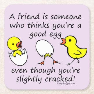 Un amigo es alguien el decir divertido de BFF Posavasos De Cartón Cuadrado