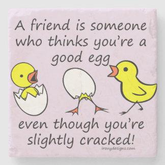 Un amigo es alguien el decir divertido de BFF Posavasos De Piedra