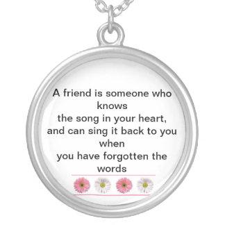 Un amigo es alguien que sabe la canción en su él colgante redondo