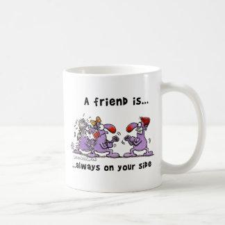 Un amigo es… Siempre en su lado Taza Básica Blanca