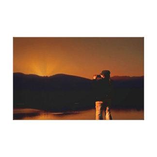 Un amigo y su cámara en la salida del sol impresiones de lienzo