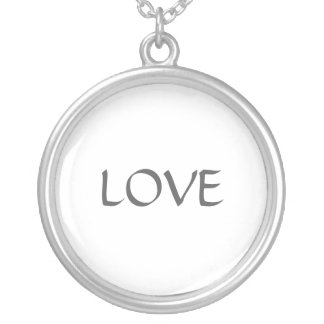 Un amor de la palabra en un collar de la plata est
