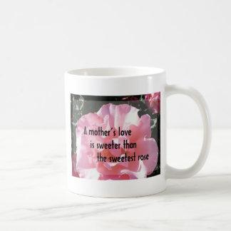 Un amor de madre - emblema color de rosa para la taza clásica