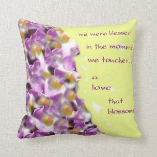 Un amor que almohada de tiro de los flores