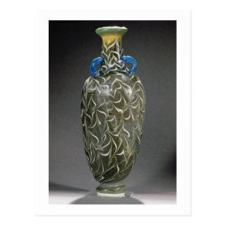 Un amphora corazón-formado con los adornos de la tarjetas postales