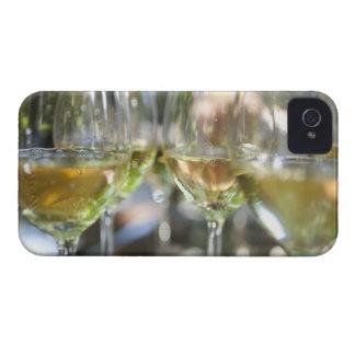 Un anfitrión vierte los vidrios de los torrontes funda para iPhone 4