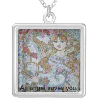 Un ángel del navidad rosado., un ángel le ahorra collar plateado