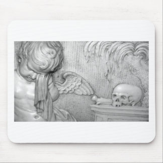 Un ángel llora encima un cráneo alfombrillas de ratón