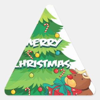 Un árbol de navidad grande al lado del reno que pegatina triangular