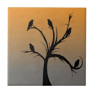 Un árbol desnudo con las siluetas de cuervos azulejo cuadrado pequeño