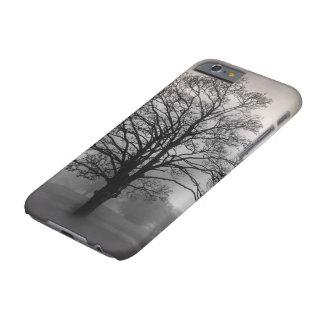 Un árbol en la niebla funda de iPhone 6 barely there
