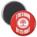 Un árbol es sabido por su fruta imán para frigorífico
