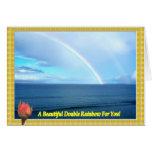 Un arco iris doble sobre el océano enmarcado con tarjeta de felicitación