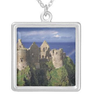 Un arco iris pega el castillo medieval de Dunluce Colgante Cuadrado