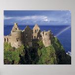 Un arco iris pega el castillo medieval de Dunluce  Posters