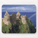 Un arco iris pega el castillo medieval de Dunluce  Alfombrilla De Ratón