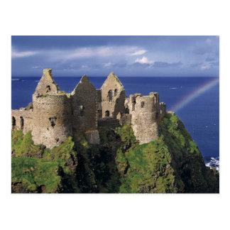 Un arco iris pega el castillo medieval de Dunluce Postales