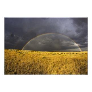Un arco iris que aparece con un brumoso después de impresiones fotográficas