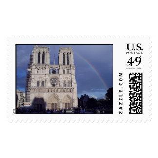 Un arco iris sobre Notre Dame de Paris Sello
