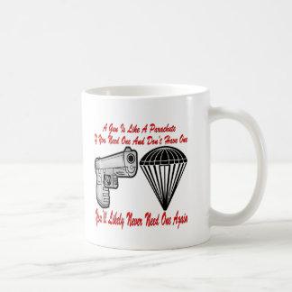 Un arma es como un paracaídas taza clásica
