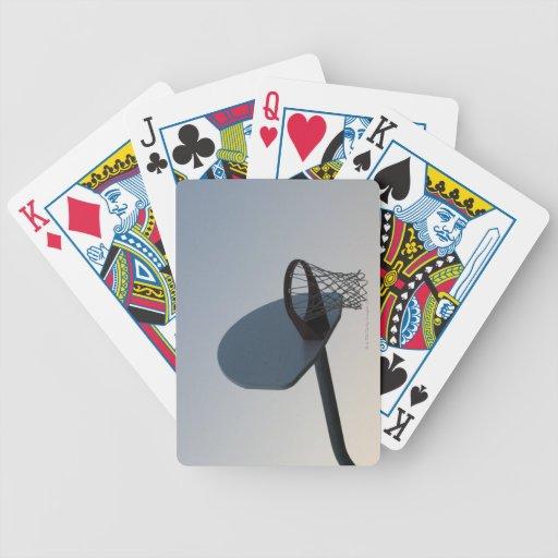 Un aro y una red del tablero trasero de baloncesto baraja de cartas