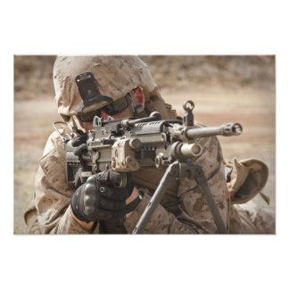 Un artillero del arma automática del pelotón cojinete