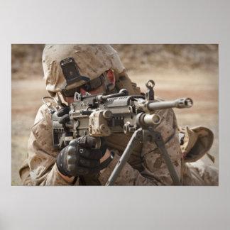 Un artillero del arma automática del pelotón póster