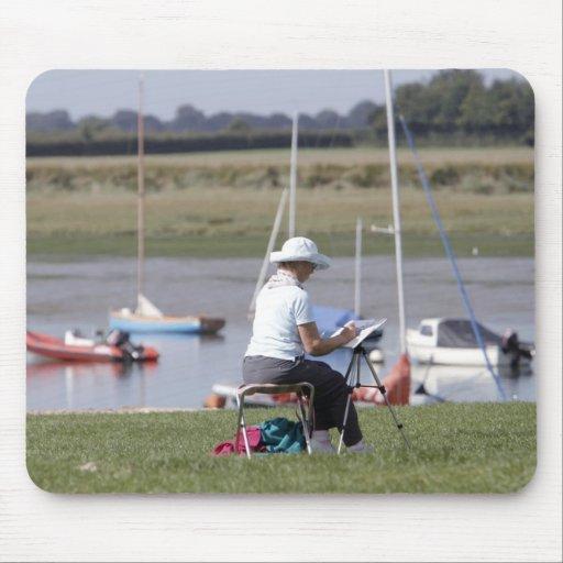 Un artista en el puerto de Bosham, Sussex del oest Tapetes De Raton