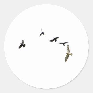 Un asesinato de cuervos etiqueta redonda