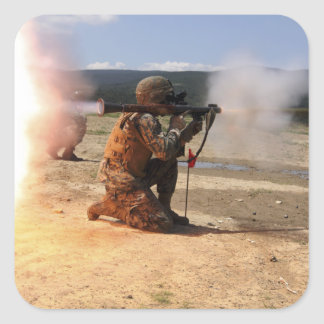 Un assaultman enciende una granada impulsada por pegatina cuadrada