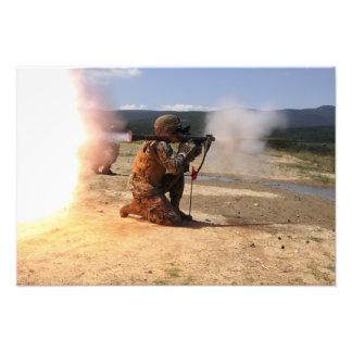 Un assaultman enciende una granada impulsada por u foto
