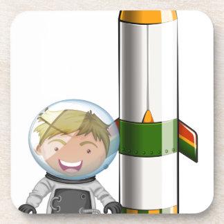 Un astronauta al lado del cohete posavasos de bebidas