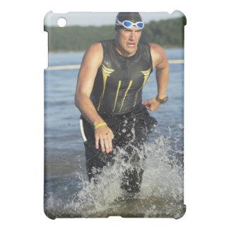 Un athelete masculino que corre del agua mientras