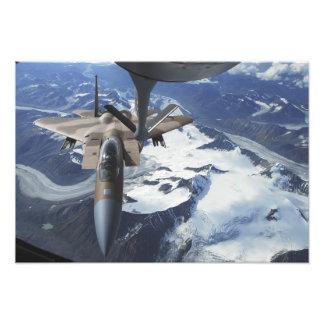 Un avión de F-15C Eagle se sienta detrás de un KC- Impresión Fotográfica