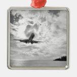 Un avión de pasajeros viene adentro para un adorno navideño cuadrado de metal