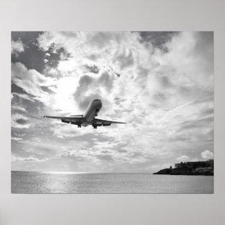 Un avión de pasajeros viene adentro para un aterri poster