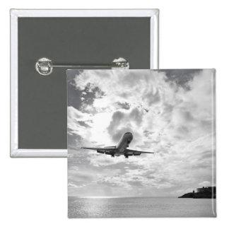 Un avión de pasajeros viene adentro para un aterri pin cuadrada 5 cm