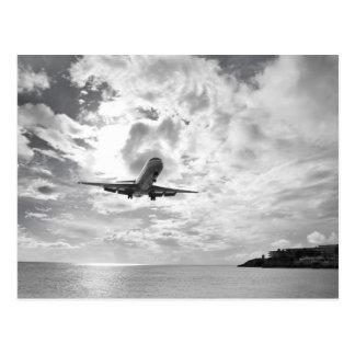 Un avión de pasajeros viene adentro para un postales