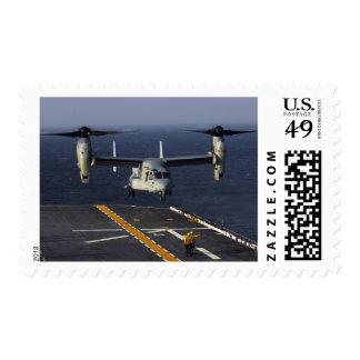 Un avión de V-22 Osprey se prepara para aterrizar Estampilla