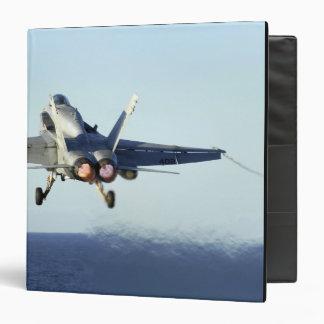 """Un avispón de F/A-18C lanza de la cubierta de Carpeta 1 1/2"""""""