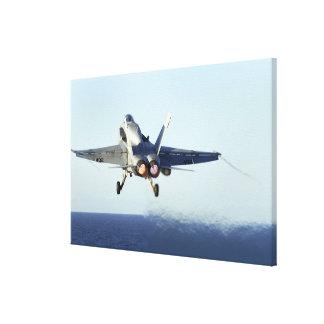 Un avispón de F/A-18C lanza de la cubierta de Impresión En Tela