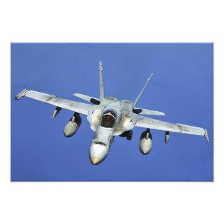 Un avispón F/A-18 participa en una misión Fotografía