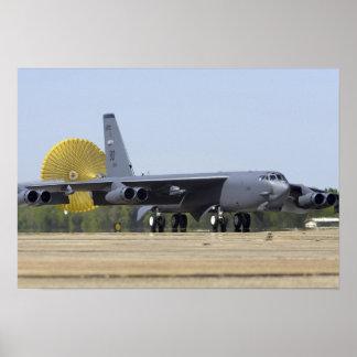 Un B-52 Stratofortress despliega su paracaídas fre Poster