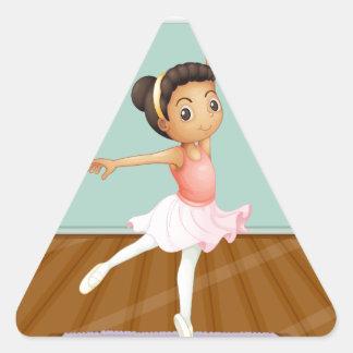 Un baile joven del bailarín de ballet sobre la pegatina triangular