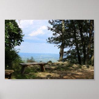 Un banco con vistas a la montaña del halcón póster