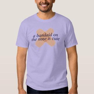 un bandaid en la camiseta de la nariz poleras